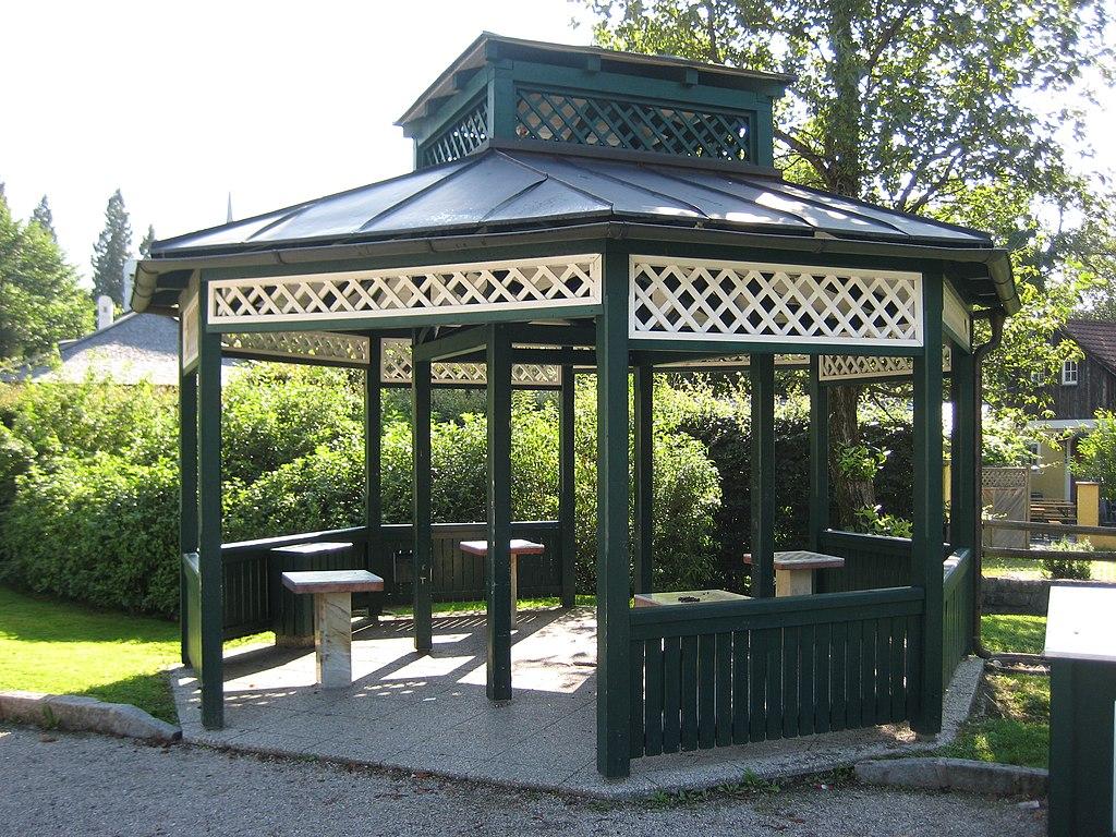 file gartenhaus mit kleindenkmalen im kurpark bad ischl. Black Bedroom Furniture Sets. Home Design Ideas