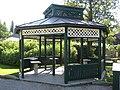 Gartenhaus mit Kleindenkmalen im Kurpark, Bad Ischl.JPG