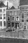 foto van Pand met bakstenen gevel met rechte kroonlijst. Bogen boven de ramen. Gevel van pleisterlaag in 1948 ontdaan