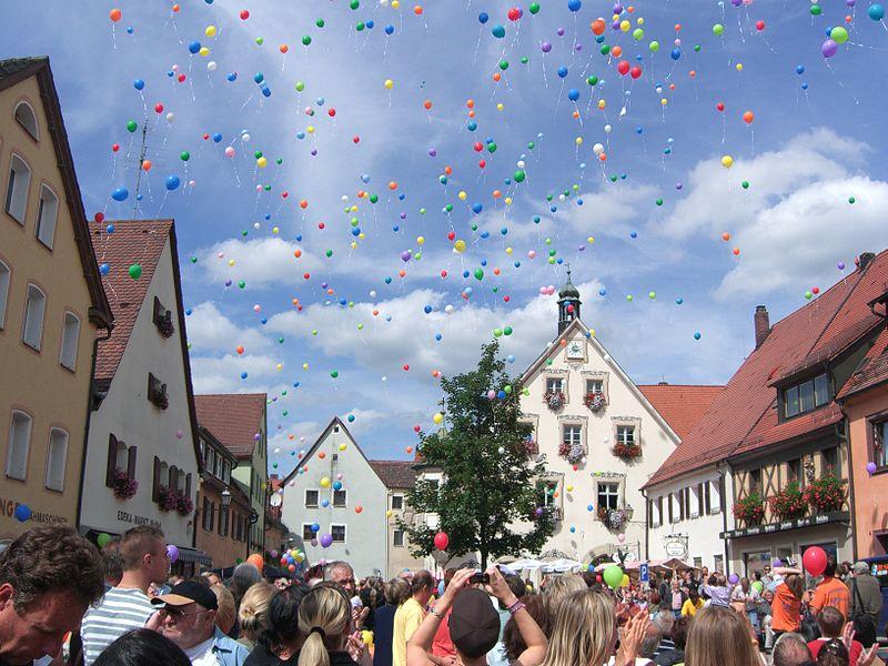 File:Gräfenberg ist bunt - Luftballons 2.jpg