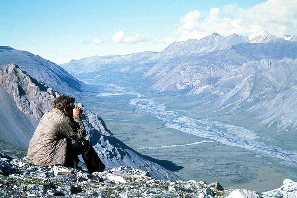 Caminante mirando desde lo alto de la colina