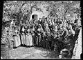 Homes, dones i nens amb vestits tradicionals sortint de Missa per Sant Fabià.jpeg