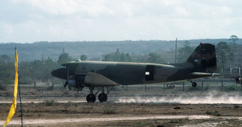 Armée du Honduras 1024px-Honduran_C-47A_taking_off_1988