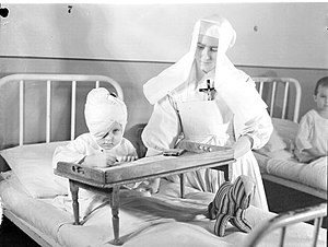 Centre hospitalier universitaire Sainte-Justine - Child and a nun at the hospital, 1945.