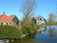 Huizen aan het water in Schettens.JPG