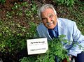 Il Prof. Fedi pianta l'albero COST nel giardino botanico di Tallin in Estonia.jpg