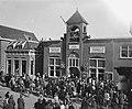 Installatie burgemeester Voorhout. Volk voor gemeentehuis, Bestanddeelnr 902-1125.jpg