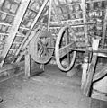 Interieur van watergedreven molen met onderslagrad, transmissie-as luiwerk - Haaksbergen - 20283581 - RCE.jpg