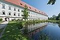 Klagenfurt Stift Viktring Sued-Seite mit Teich 08062015 4614.jpg
