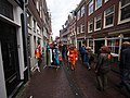 Koningsdag in Amsterdam, Tweede Anjeliersdwarsstraat foto 1.JPG