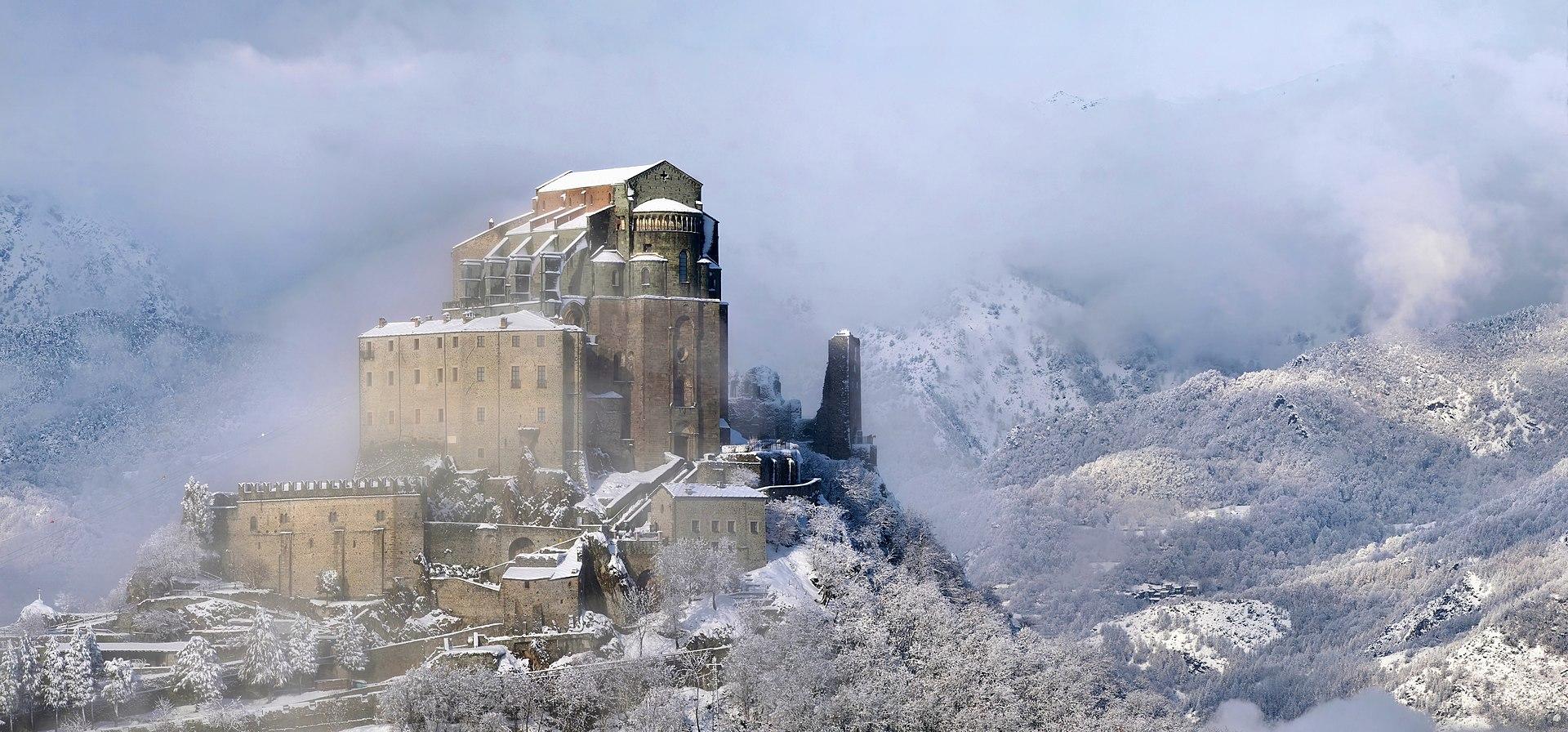 L'abbaye Saint-Michel-de-la-Cluse, sur le mont Pirchiriano (Piémont).  (définition réelle 8000×3733)
