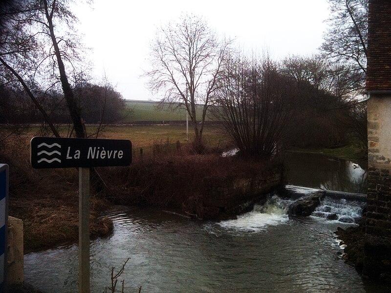 Rivière la Petite Nièvre traversant le village de Lurcy-le-Bourg.