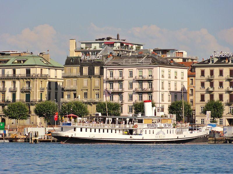 """Le Bateau Genève actuellement est utilisé comme buvette restaurant au Quai Gustave-Ador du Lac Léman à Genève L'histoire du Bateau Genève (Le Genève, l'impératrice et l'anarchiste):  Le Bateau """"Genéve"""" a été lancé en 1896 à l'occasion de l'exposition nationale qui s'est déroulée à Genève. Son nom lui a été donné à cette occasion. Fleuron de la marine du Léman et premier bateau salon construit par Sulzer, il démontrait au mieux les capacités de l'industrie suisse.  Le Bateau «Genève» est entré dans la Grande Histoire à l'occasion de l'assassinat de l'impératrice Elisabeth d'Autriche le 10 septembre 1898.  Ce jour là, la populaire «Sissi» va prendre la bateau depuis Genève, où elle résidait incognito à l'Hôtel Beau-Rivage, pour Territet sur la riviera vaudoise. Sur le quai, elle est frappée avec un poinçon par un inconnu, qui se révèlera être un anarchiste italien, Luigi Luccheni. Inconsciente de la gravité de sa blessure, elle monte sur le «Genève» qui appareille. L'impératrice s'affaisse, le bateau revient précipitamment à quai et Sissi est transportée sur un brancard jusqu'à l'Hôtel Beau-Rivage où elle rendra le dernier soupir (...)  http://www.bateaugeneve.ch/"""