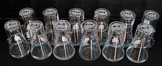 Dua belas populasi bakteri E. coli yang berevolusi per tanggal 25 Juni 2008.