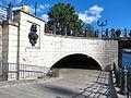 Liebknechtbrücke Nordseite Uferweg, Bärenrelief.jpg