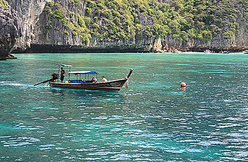 English: Longtail boat on the shore of Phiphi ...