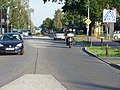 Mahlower Straße, Blick auf einen dieser deplatzierten Mittelstreifen. Der Kamerastandort befindet sich ebenfalls auf so einem Mittelstreifen. Zu den fatalen Folgen dieser Fehlkonstruktion, siehe Text unten. - panoramio.jpg