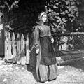 Marjana Kramar v modri obleki, v kateri je njena teta okoli leta 1870 šla vabit na poroko v Trebnjem. Mirna 1961 (3).jpg
