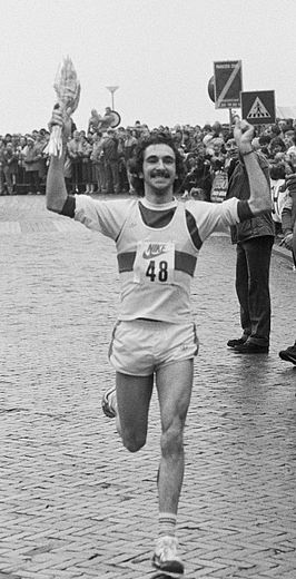 Marti ten Kate wint de Halve Marathon van Egmond in 1983