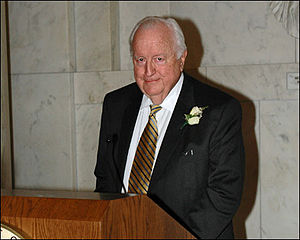 Leonidas Ralph Mecham - Mecham accepting an honor at the 2006 Judicial Conference.