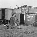Meisjes bij tenten op een vliegveld kijken uit naar het vliegtuig, Bestanddeelnr 900-7345.jpg