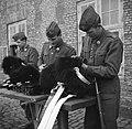 Militairen in de kazerne bezig met onderhoud van hun uitrusting na de aubade ter, Bestanddeelnr 252-8728.jpg