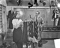 Minister Cals bezoekt Cinetone opname film Sterren stralen overal, Bestanddeelnr 905-3621.jpg