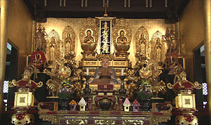 Nichiren-shū - A common Nichiren Shu altar flanked by various statues including a physical representation of Nichiren himself. In other countries of acculturation, a mixture of other religious figures may also be permitted. Kuon-ji temple, Mount Minobu.