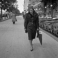 Női portré 1942-ben a Dunakorzón a Lánchíd felé nézve. Fortepan 55532.jpg