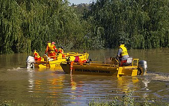 New South Wales State Emergency Service - Image: NSWSES volunteers removing debris from Lake Albert