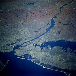 New York Bay en omgeving gefotografeerd vanuit de Space Shuttle missie STS-58. De Lower Bay is linksonder te zien, rechts daarvan The Narrows (met brug) en daarboven de Upper Bay.