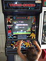 Niño jugando al ghosts'n goblins.JPG