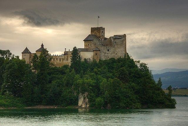 [Image: 640px-Niedzica_zamek.jpg]