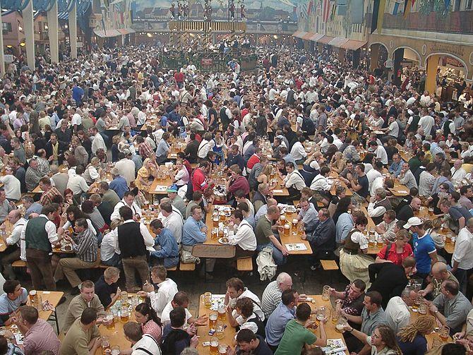 English: Oktoberfest, Munich, GFDL, from Ukrai.