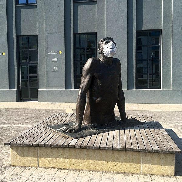 File:Ordinary Man auf Egeriaplatz während Corona-Krise.jpg