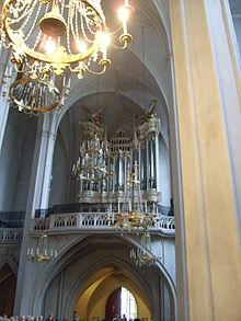 Orgel mit originalem Gehäuse von 1730 in der Augustinerkirche in Wien (Quelle: Wikimedia)