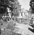 Overzicht zuidoostgevel met kerkhof en kokkenstoel - Wanneperveen - 20350547 - RCE.jpg