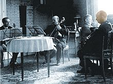 Paul Hindemith (rechts) 1933 beim Musizieren (mit Viola) in Wien.v.l.n.r.: Bronisław Huberman (Violine), Pau Casals (Cello), Artur Schnabel (Klavier) (Quelle: Wikimedia)