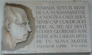 Plato de omaĝo al Espriu, verko de Josep Maria Subirachs, en la Universitato de Barcelono.