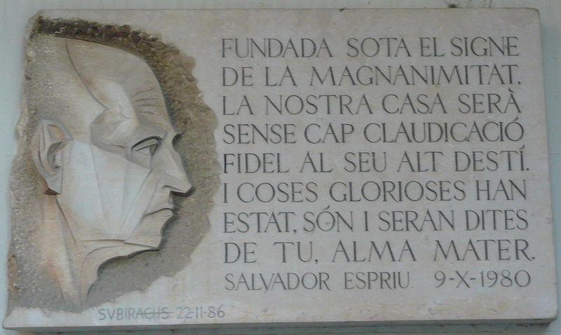 Placa en homenatge a Salvador Espriu, obra de Josep Maria Subirachs, a l'edifici històric de la Universitat de Barcelona