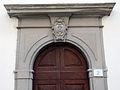 Pratovecchio, portale con stemma religioso, 1703.JPG