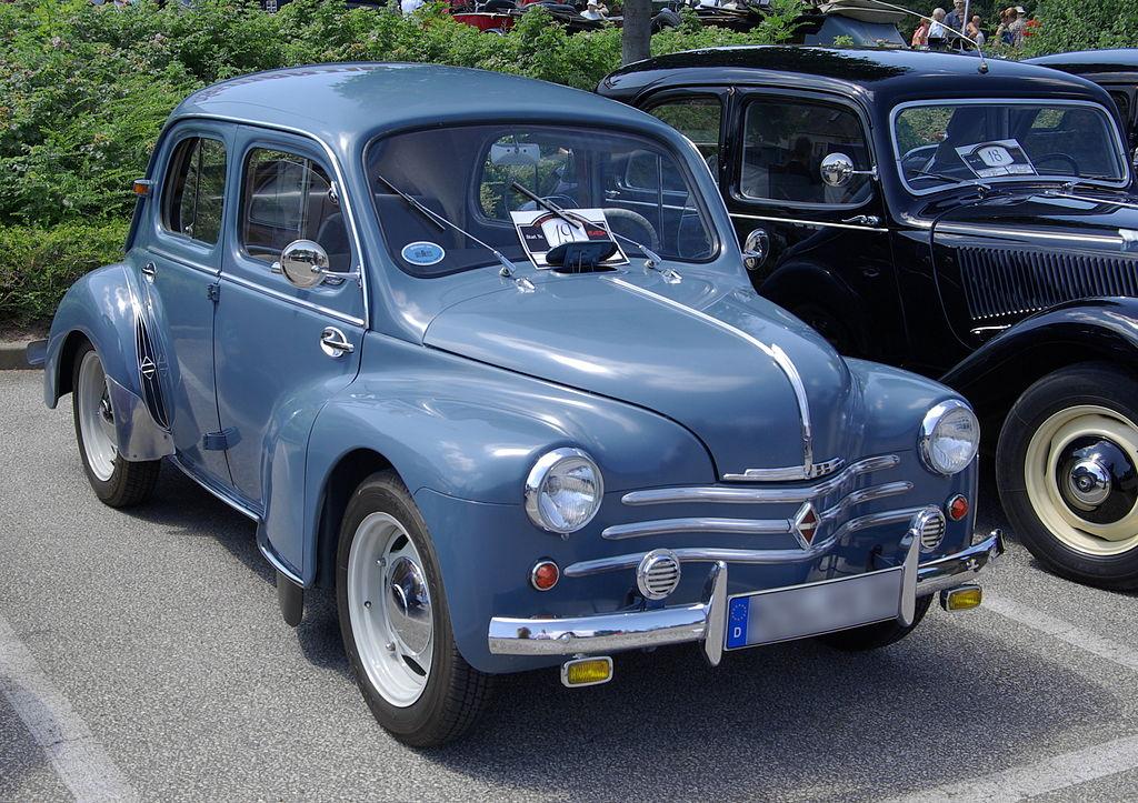 Une Renault 4CV (millésime 1955), voiture populaire de l'après-guerre.  (définition réelle 3231×2282)