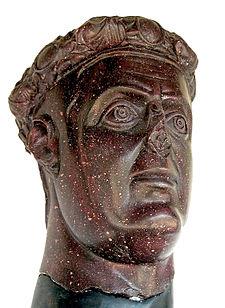 Statua testa rosso porpora
