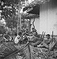 Rustpauze van een sectie soldaten met gevangenen Deze manier van rusten kost…, Bestanddeelnr 15861.jpg
