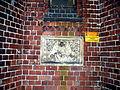 Rzeźba na murze kalicy cmentarnej w Opolu na ulicy Wrocławskiej. sienio.jpg