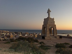 San Cristóbal detrás Almería noche
