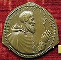 Scuola romana, medaglia di pio V, papa col crocifisso, 1571.JPG