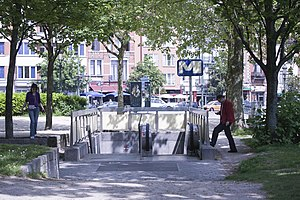 Simonis metro station entrance.jpg
