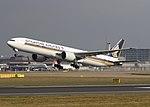 Singapore Airlines Boeing B777 9V-SVM (25610424093).jpg
