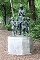Skulptur Hallesche Str 20 (Kreuz) Junge mit Flöte.jpg